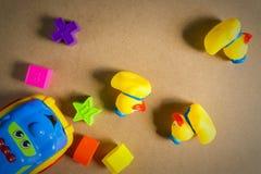 Kleines gelbes Gummientlein drei stockfotos