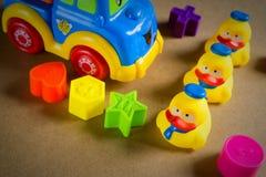 Kleines gelbes Gummientlein drei lizenzfreie stockfotografie