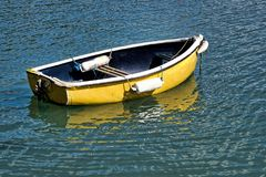 Kleines gelbes Skiff - Lyme Regis lizenzfreies stockfoto