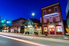 Kleines gemütliches Stadtzentrum von Brattleboro, Vermont nachts lizenzfreies stockbild