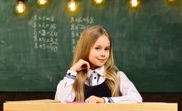 Kleines Genie in der Schule mehr Idee des kleinen Genies zukünftiges kleines Genie kleines Geniemädchen, das in der Schule lächel lizenzfreies stockbild