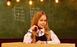 Kleines Genie in der Schule mehr Idee des kleinen Genies zukünftiges kleines Genie kleines Geniemädchen, das in der Schule lächel stockbilder