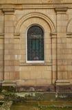 Kleines gewölbtes Fenster einer Anfang- des 19. Jahrhundertsvilla Lizenzfreie Stockbilder