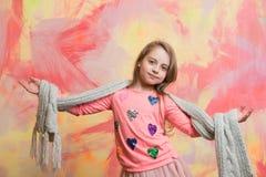 Kleines glückliches Baby im rosa Schal und im Hemd Stockfotos