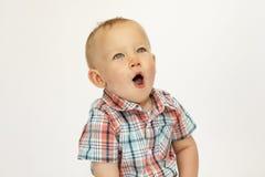 Kleines glückliches Jungenlachen, das Kameraporträt betrachtet lizenzfreie stockfotos