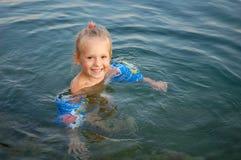 Kleines glückliches Mädchen stockfoto
