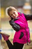 Kleines glückliches Mädchen, das auf Mobile spricht Lizenzfreie Stockbilder