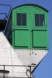 Kleines grünes Haus auf einem Stahlbau Stockfotos