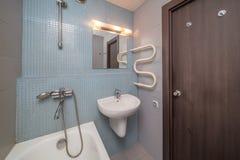 Kleines graues Badezimmer lizenzfreies stockbild