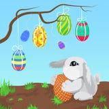 Kleines graues Kaninchen mit den Ostereiern, die an einer Niederlassungsvektorillustration hängen Stockbilder