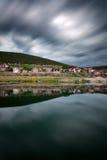 Kleines griechisches Dorf durch See Prespa Lange Belichtung geschossen mit Dram Stockfotos