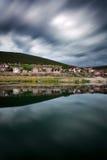 Kleines griechisches Dorf durch See Prespa Lange Belichtung geschossen mit Dram Stockbilder
