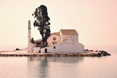 Kleines griechisches Kloster im Meer Stockfoto