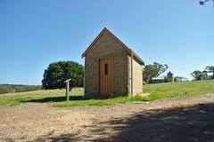 Kleines Gutshaus mit einfacher Tür stockfotos