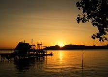 Kleines Häuschen auf dem See; Schattenbildart Lizenzfreies Stockbild