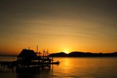 Kleines Häuschen auf dem See; Schattenbildart Stockbild