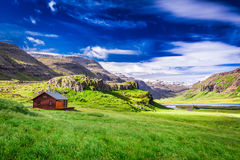 Kleines Häuschen in den Bergen, Island Stockfotografie