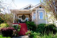 Kleines Häuschen-Haus und Garten Lizenzfreies Stockbild