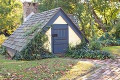 Kleines Häuschen mit der Landschaftsgestaltung und Steingehweg lizenzfreies stockbild