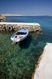 Kleines hölzernes Boot auf dem Kristallmeerwasser Stockfotografie
