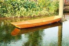 Kleines hölzernes Boot auf Teich lizenzfreie stockfotos