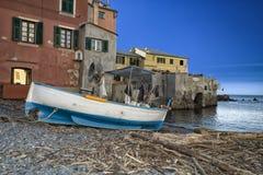 Kleines hölzernes Fischerboot auf dem Strand, Boccadesse lizenzfreie stockfotos