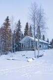 Kleines hölzernes Haus im Winterwald Stockbilder