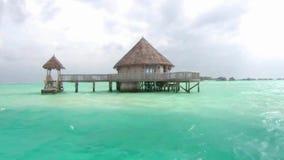 Kleines hölzernes Luxus-Resort-Bungalow-Hotel apatment im tropischen Paradies des Türkisozean-Wassers am Malediven-Inselmeerblick stock video