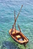 Kleines hölzernes Segelboot Stockbilder