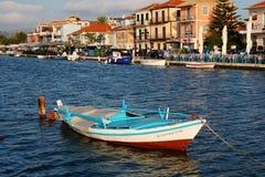 Kleines hölzernes Skiff, Lefkas-Lagune, Griechenland lizenzfreies stockbild