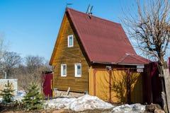 kleines hölzernes Sommerhaus im Vorfrühling in Russland Stockbild