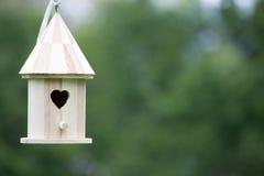 Kleines hölzernes Vogel-Haus Stockbild