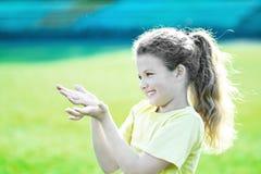 Kleines hübsches Mädchen, das mit den glücklichen Gefühlen tun Sporttätigkeiten am Sommer überläuft Lizenzfreies Stockbild