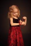 Kleines hübsches Mädchen mit Perlen Stockbilder