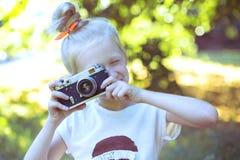 Kleines hübsches Mädchen mit Retro- Kamera Lizenzfreie Stockfotografie