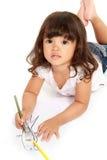Kleines hübsches Mädchen zeichnet und Farbton Lizenzfreies Stockfoto