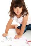 Kleines hübsches Mädchen zeichnet und Farbton Stockfoto