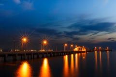 Kleines Hafenschiff und reflektieren Lampe in der Nachtzeit Stockfotos