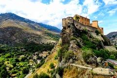 Kleines Haus auf die Oberseite eines Berges in Korsika lizenzfreie stockfotografie