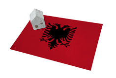 Kleines Haus auf einer Flagge - Albanien Lizenzfreies Stockbild