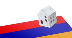 Kleines Haus auf einer Flagge - Armenien Stockbild