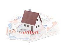 Kleines Haus auf Zeitungsdiagrammen Lizenzfreies Stockbild