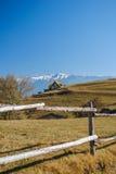 Kleines Haus, Berge und Zaun Stockbilder