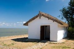 Kleines Haus in dem Meer stockfotos