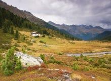 Kleines Haus in den Alpen Lizenzfreies Stockfoto