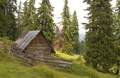 Kleines Haus in den Bergen Stockbilder
