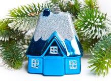 Kleines Haus des blauen Spielzeugs des neuen Jahres Stockfoto