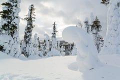 Kleines Haus im Schnee deckte Holz in den Schweizer Alpen ab Stockfotos