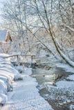 Kleines Haus im Schnee deckte Holz in den Schweizer Alpen ab Stockfoto