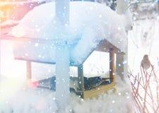 Kleines Haus im Schnee deckte Holz in den Schweizer Alpen ab Weihnachts- und des neuen Jahresgrußkarte Lizenzfreies Stockfoto